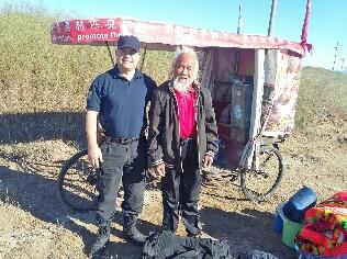 Un chino recorre el mundo en triciclo
