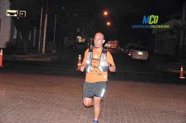 Poco más de 70 atletas participaron de la corrida nocturna en Caleta