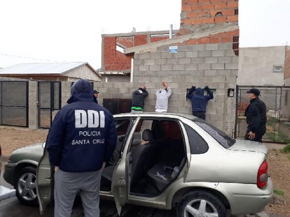 Les encuentran droga y un estéreo robado y los dejan en libertad