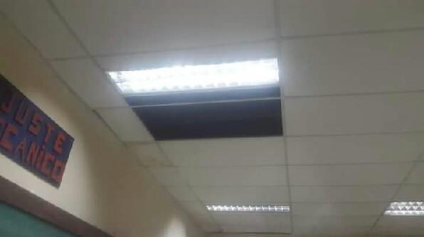 Se cayó parte del techo de una escuela e hirió a una alumna