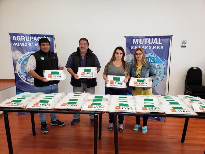 A fin de año se procedió a la entrega de kits escolares realizada en favor de los niños egresados del Jardín 68.