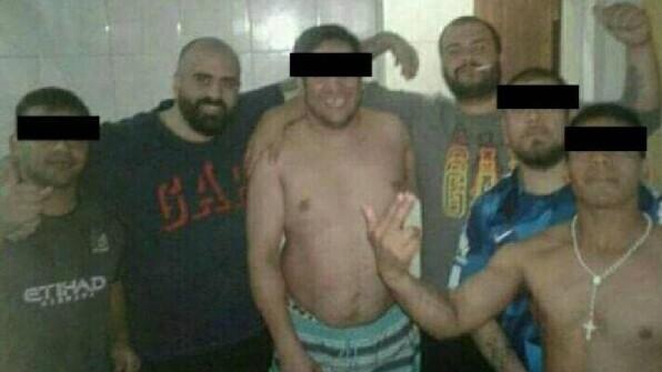 Indigna foto en la cárcel de los hermanos Maillo